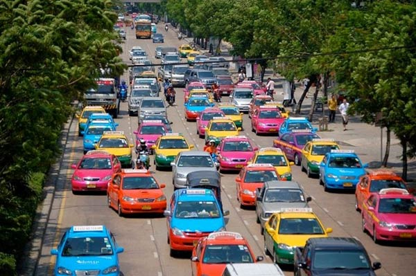 Màu sắc trên những phương tiện giao thông Taxi & bus trong tour thái lan